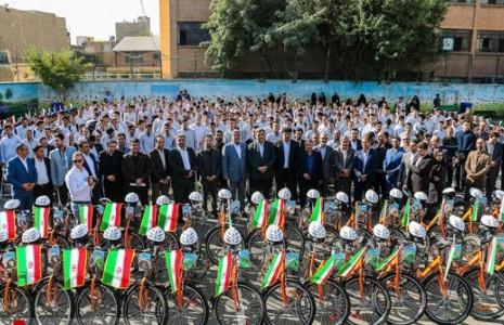شهردار تهران به دانشآموزان دوچرخه داد